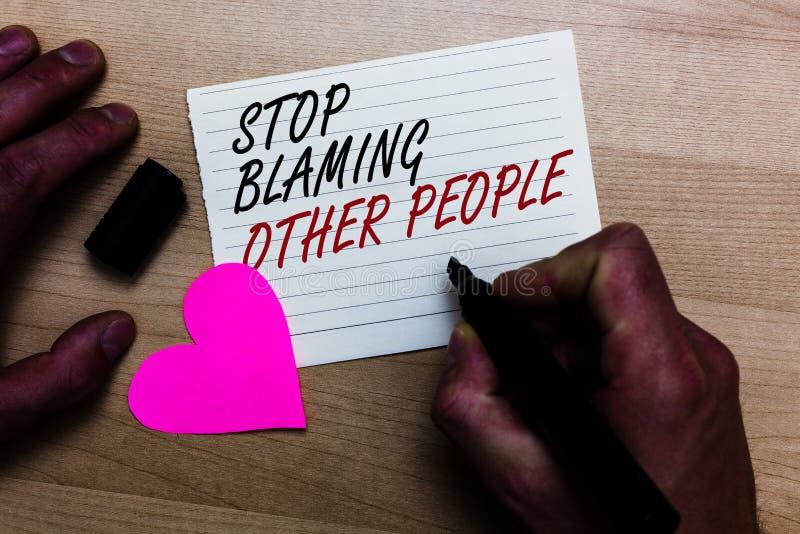 Handschriftstext-Schreiben Halt, der andere Leute tadelt Konzeptbedeutung lassen Entschuldigungen Ihre Störungsschuld nicht anneh stockfoto