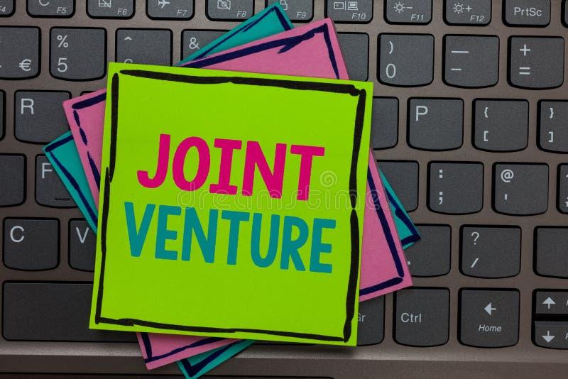 Handschriftstext-Schreiben Jointventure Konzept, das Zusammenarbeits-Anordnungs-Partei-Partnerschafts-Team Papers-Anzeigen keyboa lizenzfreie stockfotografie