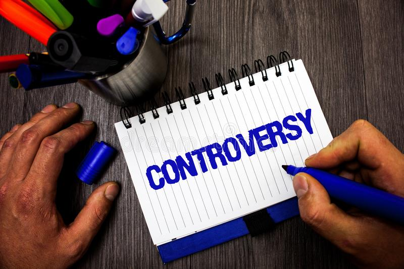 Handschriftstext-Schreiben Kontroverse Konzeptbedeutung Widerspruch oder Argument über etwas wichtig zu Leute Mann-Griff holdin stockbilder