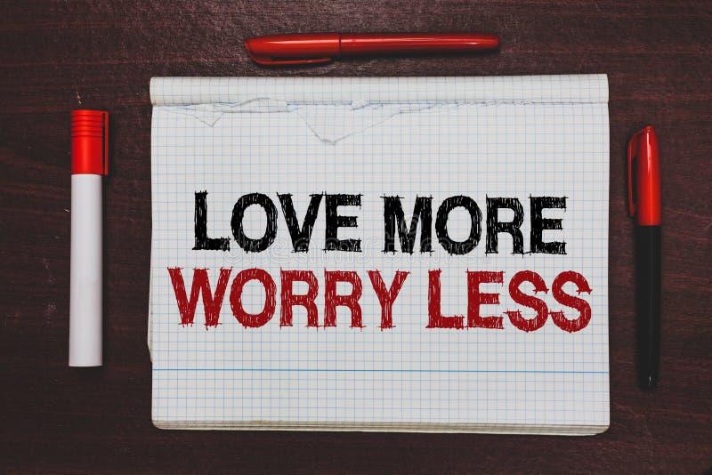 Handschriftstext-Schreiben Liebe mehr Sorge weniger Konzeptbedeutung lassen eine gute Haltungsmotivation liebenswürdig sein genie lizenzfreies stockfoto