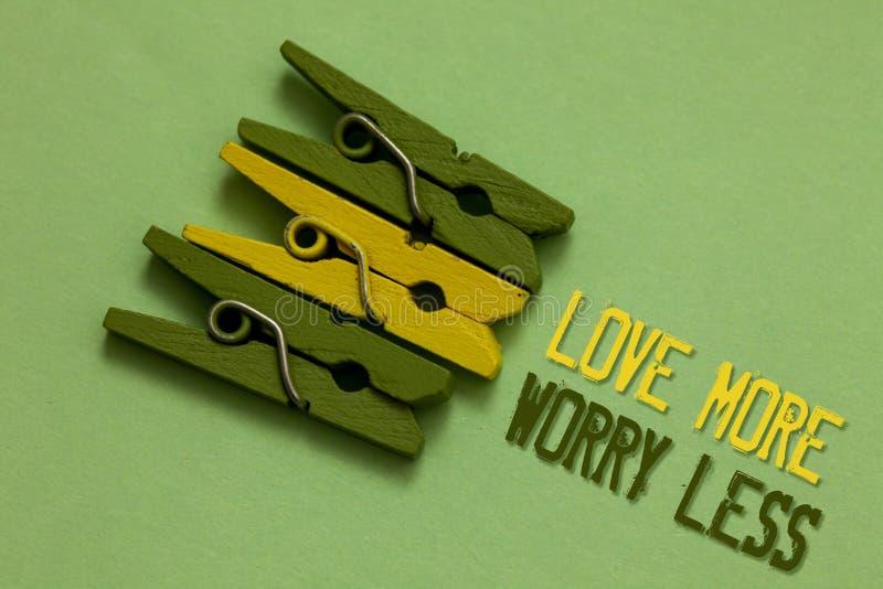 Handschriftstext-Schreiben Liebe mehr Sorge weniger Konzeptbedeutung lassen eine gute Haltungsmotivation liebenswürdig sein genie lizenzfreie stockbilder