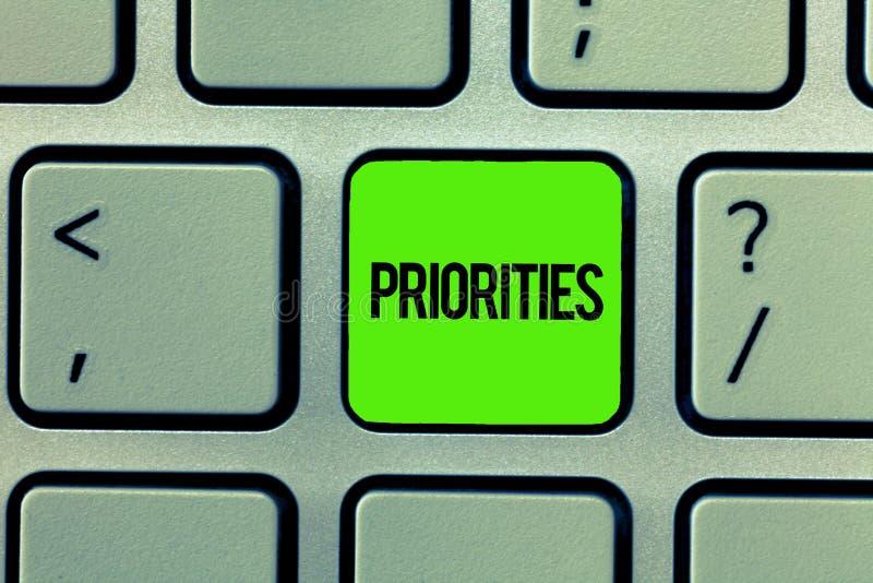 Handschriftstext-Schreiben Prioritäten Konzeptbedeutung Sachen, die als wichtigeres dringend als andere angesehen werden stockfotografie