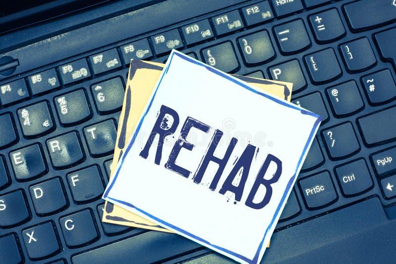 Handschriftstext-Schreiben Rehabilitation Konzeptbedeutungs-Kursbehandlung für Drogenalkoholabhängigkeit gewöhnlich an Wohn lizenzfreie stockbilder