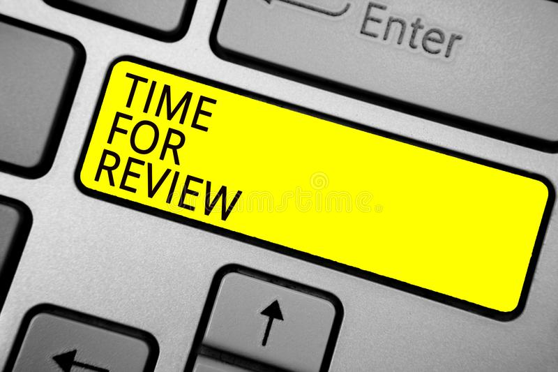 Handschriftstext-Schreiben Zeit für Bericht Konzeptbedeutung Bewertungs-Feedback-Moment-Leistungs-Rate Assess Ashy-Computer keybo lizenzfreie stockfotos