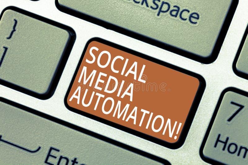Handschriftstext Social Media-Automatisierung Konzept, das Automatisierung der Aufgabe des Inhalts zur Social Media Taste bedeute stockfotografie