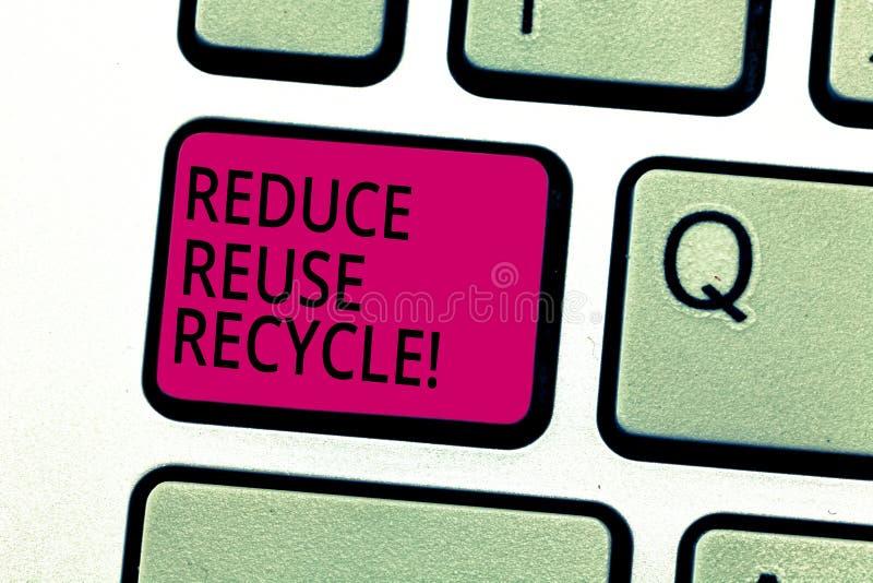 Handschriftstext verringern Wiederverwendung aufbereiten Die Konzeptbedeutung, die auf der Menge des Abfalls machen wir verringer stockbild