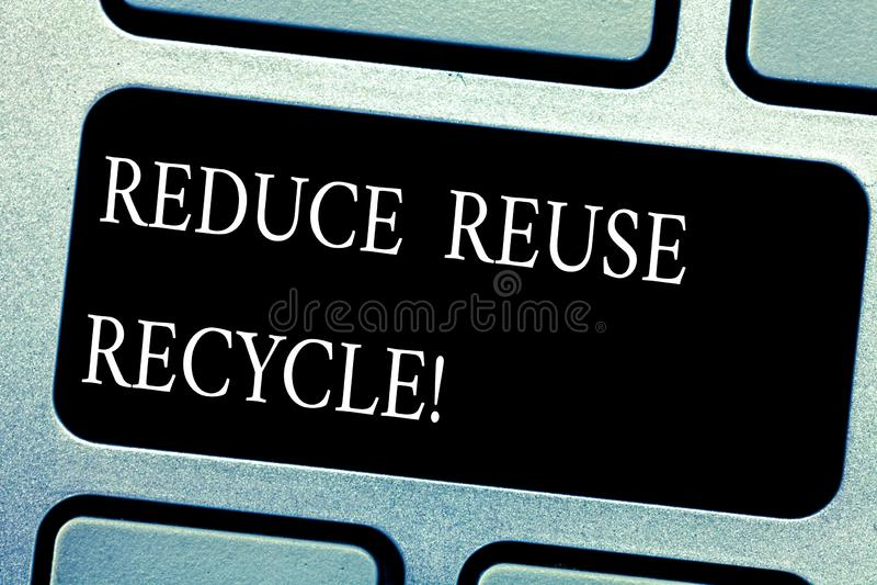 Handschriftstext verringern Wiederverwendung aufbereiten Die Konzeptbedeutung, die auf der Menge des Abfalls machen wir verringer lizenzfreies stockfoto