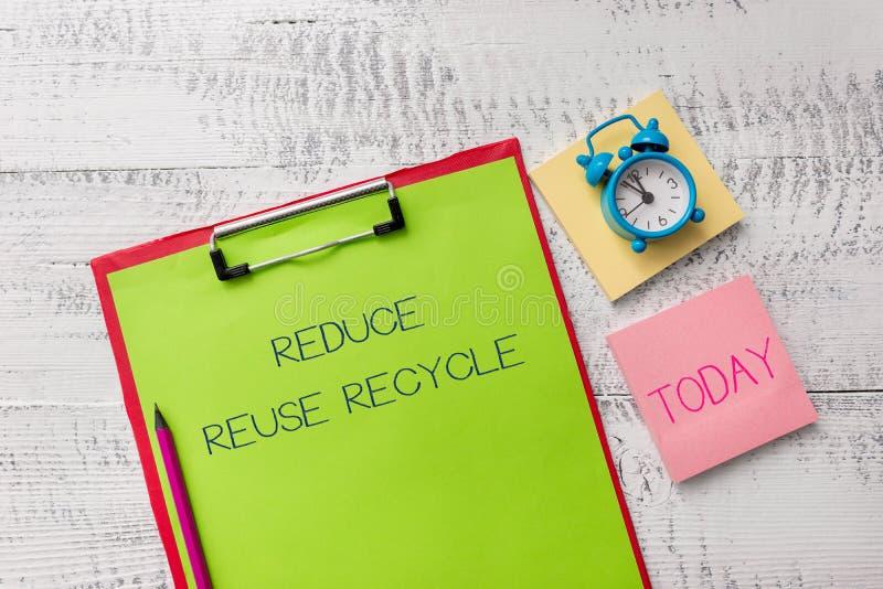 Handschriftstext verringern Wiederverwendung aufbereiten Environmentallyresponsible Klemmbrett Verbraucherverhalten der Konzeptbe lizenzfreies stockfoto