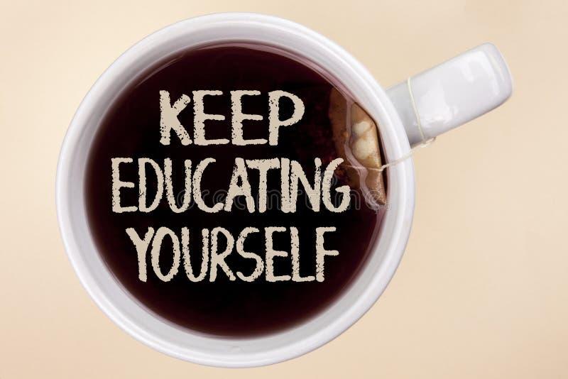 Handschriftstextschreiben halten Bildung sich Das Konzept, das hören bedeutet nie auf, zu lernen, besseres Improve zu sein anrege lizenzfreie stockfotos