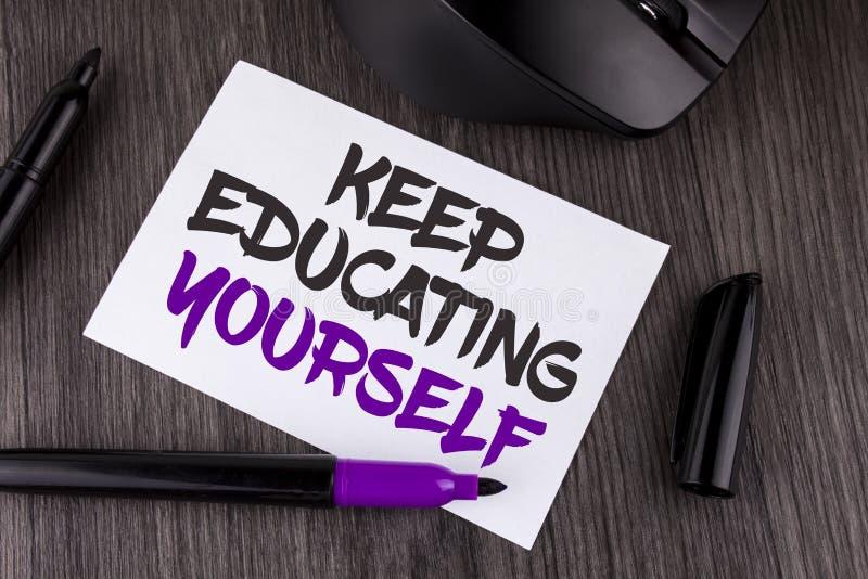 Handschriftstextschreiben halten Bildung sich Das Konzept, das hören bedeutet nie auf, zu lernen, besseres Improve zu sein anrege lizenzfreie stockfotografie