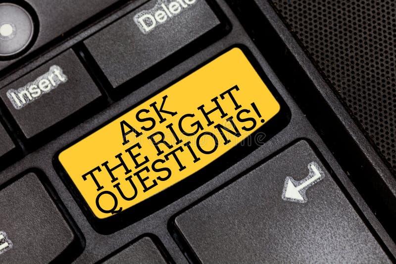 Handschriftstextschreiben stellen die rechten Fragen Konzeptbedeutung, die richtig um Erklärungen Neugier-Tastatur bittet stockfotografie