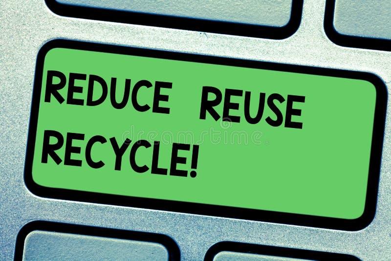 Handschriftstextschreiben verringern Wiederverwendung aufbereiten Konzeptbedeutung verringert auf der Menge des Abfalls, den wir  stockfoto