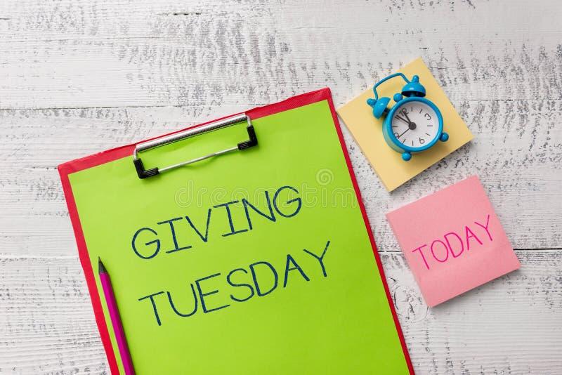 Handschrifttekst die Dinsdag geven Concept die internationale dag van het liefdadige gevende Hashtag-klembord van het activismeme stock foto