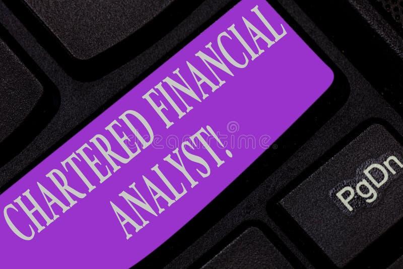 Handschrifttekst die Gecharterd Financieel analist Concept schrijven die Investering en financieel beroepstoetsenbord betekenen stock afbeelding
