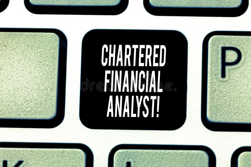 Handschrifttekst die Gecharterd Financieel analist Concept schrijven die Investering en financieel beroepstoetsenbord betekenen stock foto