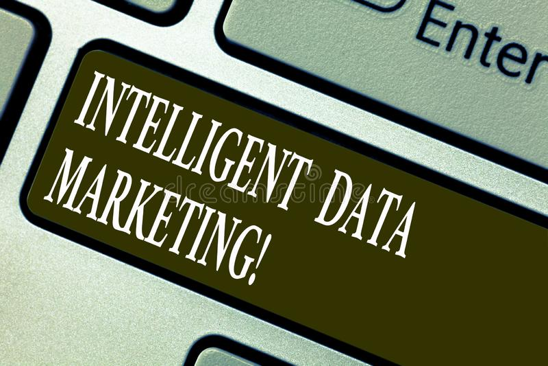 Handschrifttekst die Intelligente Gegevens Marketing schrijven Het concept die Informatie relevant voor een doelrekening s beteke royalty-vrije illustratie