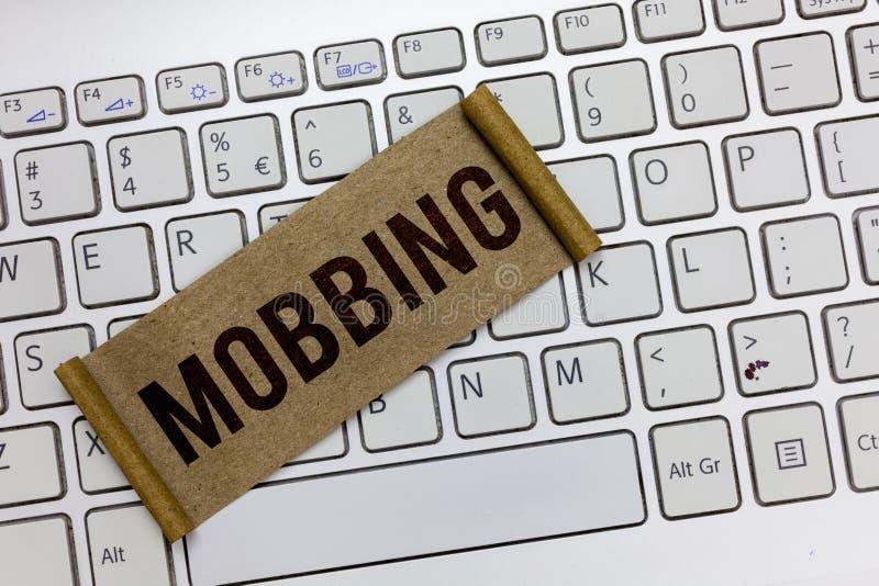 Handschrifttekst die Mobbing schrijven Concept die Bulling van individu betekenen speciaal bij Spanning van het het werk de Emoti stock fotografie