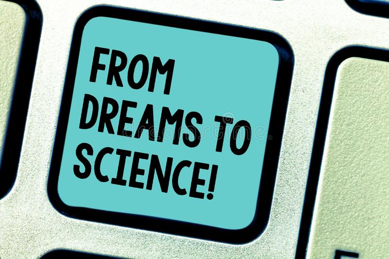 Handschrifttekst die van Dromen aan Wetenschap schrijven Concept die Verbeelding omgezet in het Toetsenbord van de werkelijkheids stock fotografie