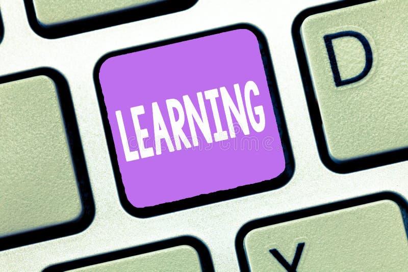 Handschrifttekst het Leren Concept die de vaardigheden van de aanwinstenkennis betekenen door studieervaring die worden onderweze royalty-vrije stock foto's
