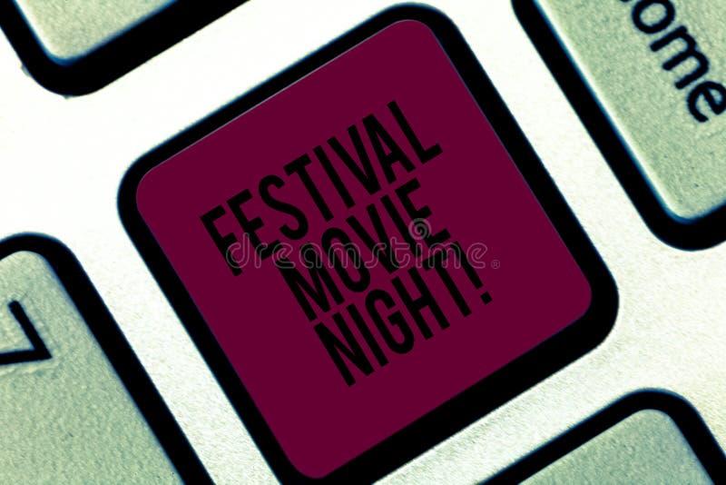 Handschrifttekst het schrijven de Nacht van de Festivalfilm Concept die analysisy vriendenbijeenkomst betekenen om op films samen royalty-vrije stock foto's