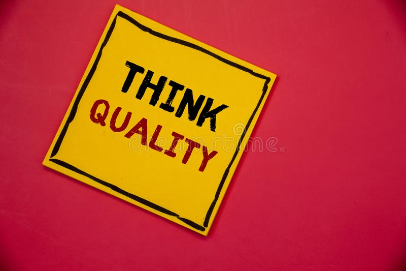 Handschrifttekst het schrijven denkt Kwaliteit Concept die het Denken aan Innovatieve Waardevolle Oplossingen Succesvolle Ideeën  royalty-vrije stock afbeeldingen