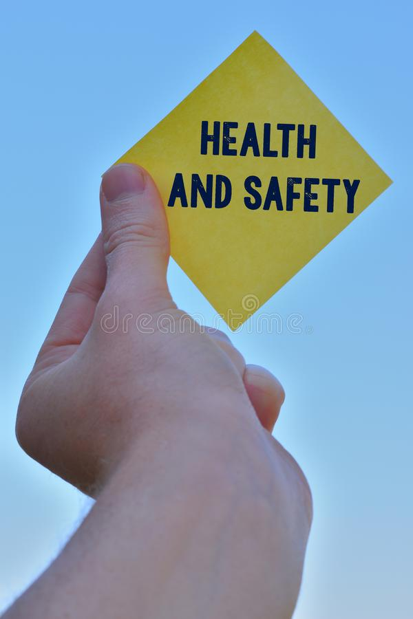 Handschrifttekst het schrijven Gezondheid en Veiligheid Het concept die procedures betekenen bedoelde ongeval in werkplaatsstuk t stock foto