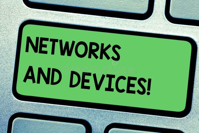 Handschrifttekst het schrijven Netwerken en Apparaten Conceptenbetekenis die wordt gebruikt om computers of andere elektronische  royalty-vrije stock foto