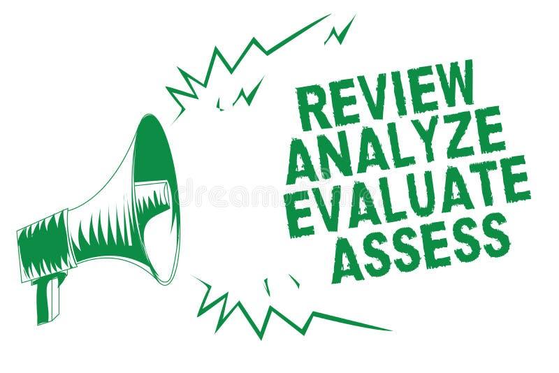 Handschrifttekst het schrijven het Overzicht analyseert evalueert beoordeelt Het concept die Evaluatie van prestaties betekenen k stock illustratie