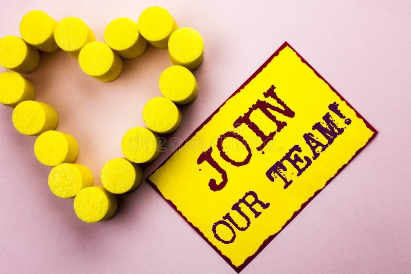 Handschrifttekst het schrijven sluit zich aan bij Ons Team Motivational Call Concept die Uitnodiging betekenen om geschreven Job  stock foto
