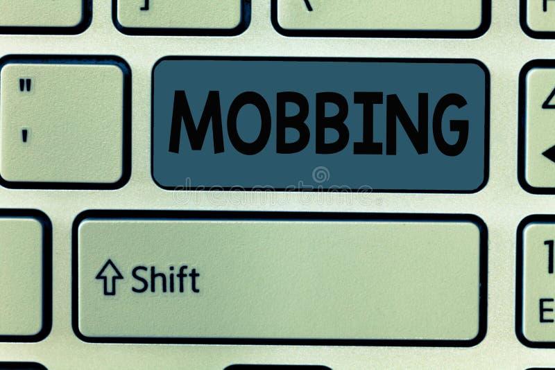 Handschrifttekst Mobbing Concept die Bulling van individu betekenen speciaal bij Spanning van het het werk de Emotionele misbruik stock foto's