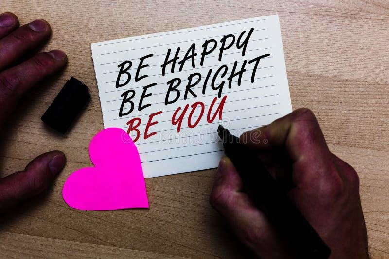 Handschrifttekst schrijven Gelukkig is is u Helder ben Het concept die Zelfvertrouwen goede houding betekenen geniet van vrolijk  royalty-vrije stock foto
