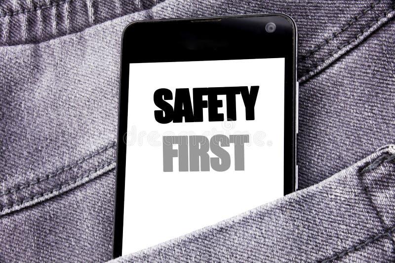 Handschrifttext-Titelinspiration, die Sicherheits-erstes Geschäftskonzept für sichere Warnung geschriebenen Mobilhandy mit Kopie  lizenzfreie stockfotos