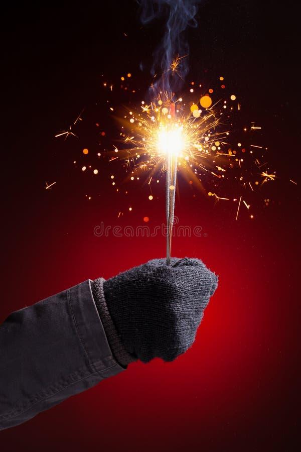 Handschuh der Wunderkerze in der Hand lizenzfreie stockfotografie