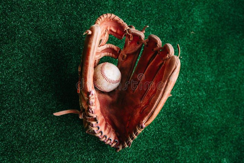 Handschuh des Baseballfängers und des Balls stockfoto
