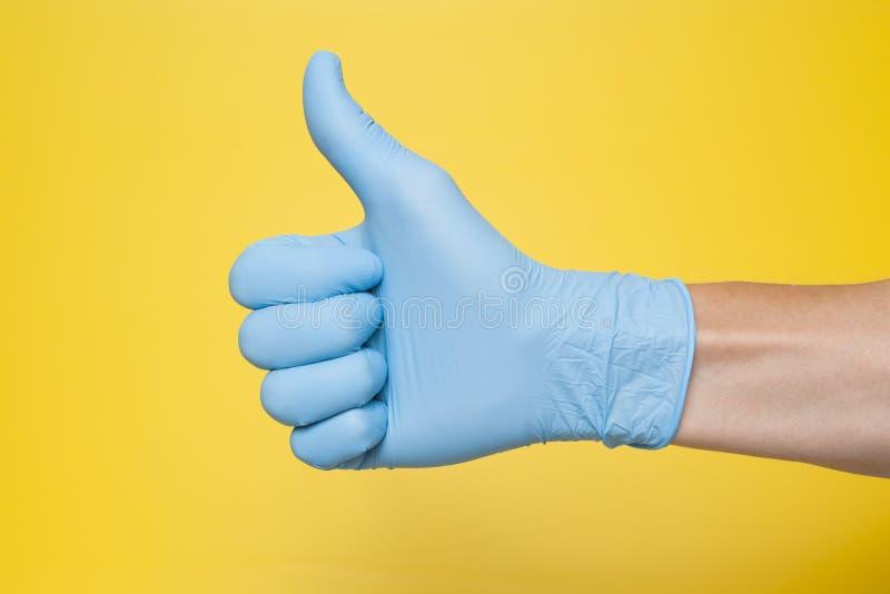 Handschuh Doktor-Wearing Blue Latex, der Daumen herauf Zeichen gibt stockbilder