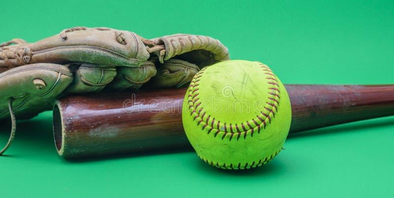 Handschuh, hölzerner Schläger und Softball stockfotos