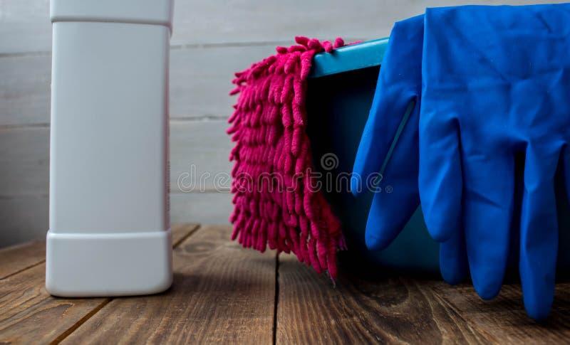 Handschuhe für Reinigungswäschestoff-Lappenreiniger stockfoto