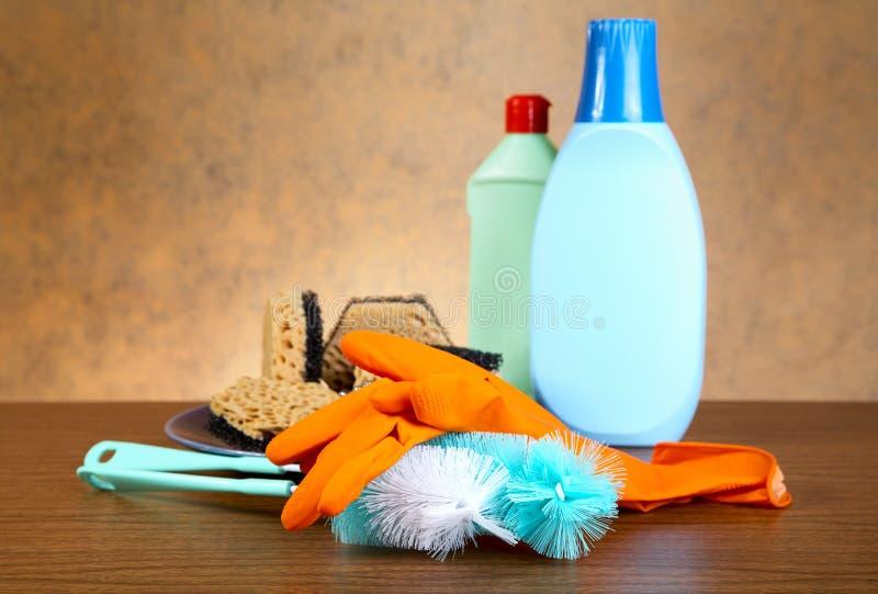 Handschuhe, Schwamm, Pinsel für Warereinigung stockfotografie