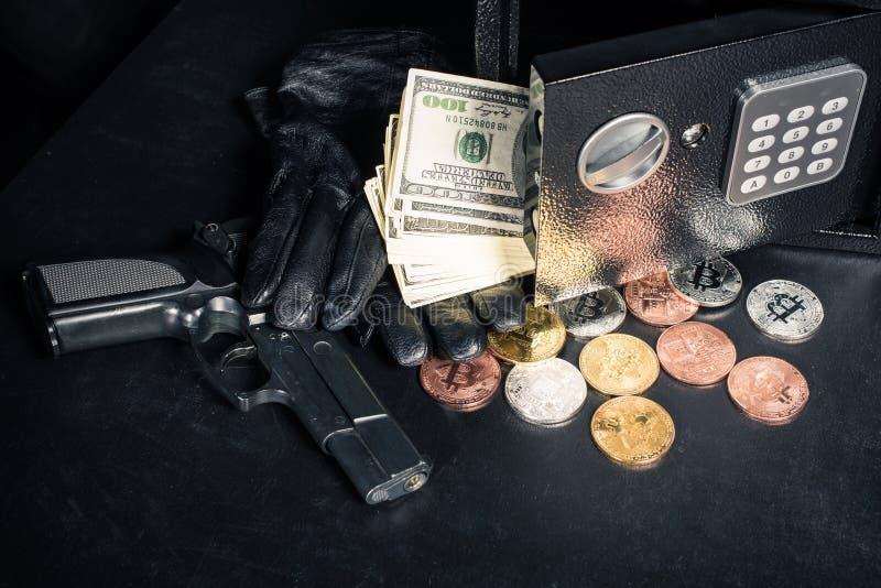Handschuhe und Gewehr durch offenes Safe mit bitcoin lizenzfreie stockbilder