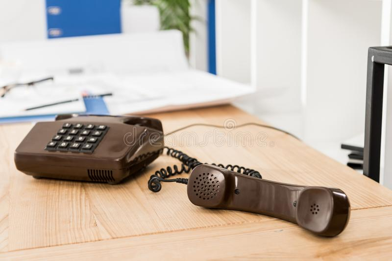 handset czarny stacjonarny telefon na stole ilustracja wektor