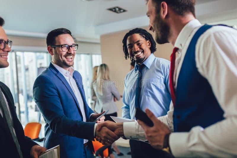 Handshake degli uomini d'affari dopo il negoziato in ufficio Fuoco selettivo immagini stock libere da diritti