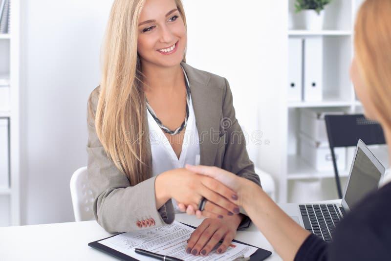 Handshake del cliente e della donna di affari immagini stock libere da diritti