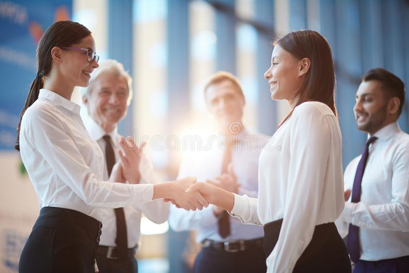 Handshake delle donne fotografia stock