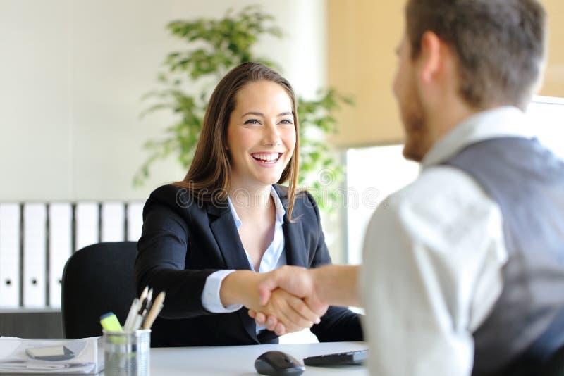 Handshake delle persone di affari dopo l'affare o l'intervista immagine stock libera da diritti