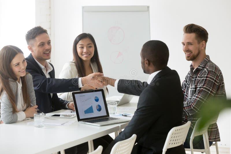 Handshake multirazziale soddisfatto degli uomini d'affari dopo il riuscito g fotografie stock libere da diritti