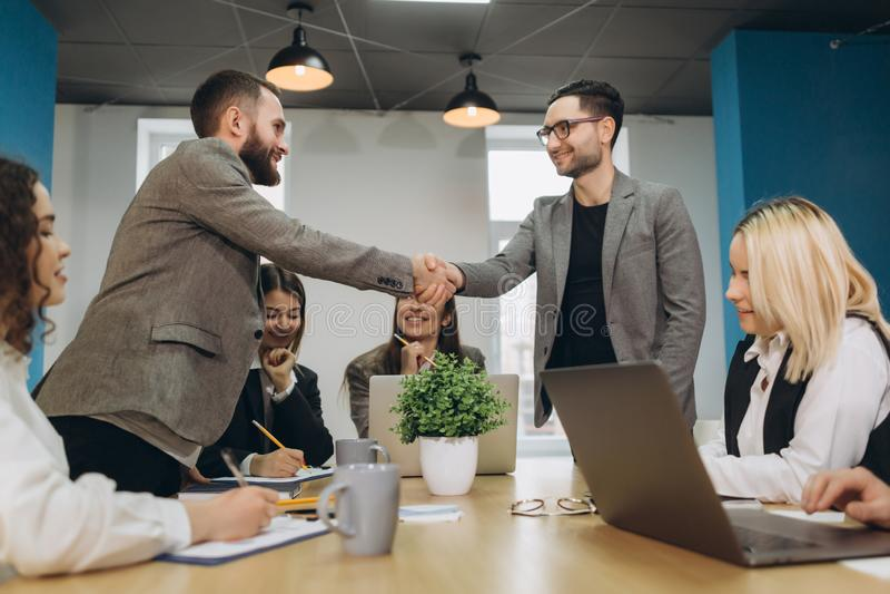 Handshaking 2 бизнесменов после поражать большое дело стоковые фотографии rf