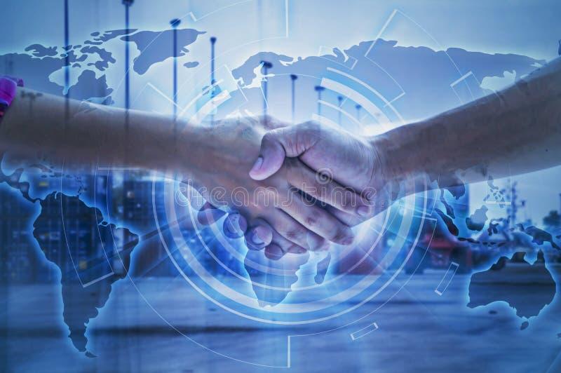 Handshaking för man för affär två för logistisk och transportbegrepp arkivbild