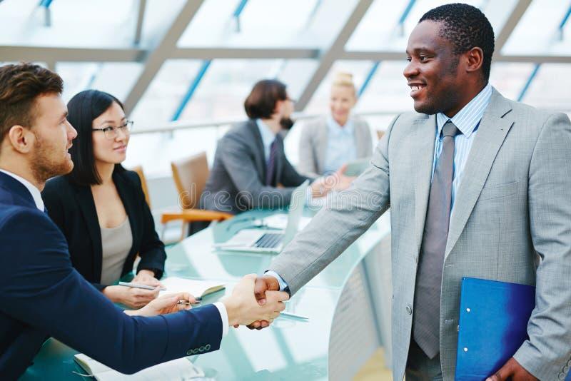 Handshaking mężczyzna zdjęcia stock