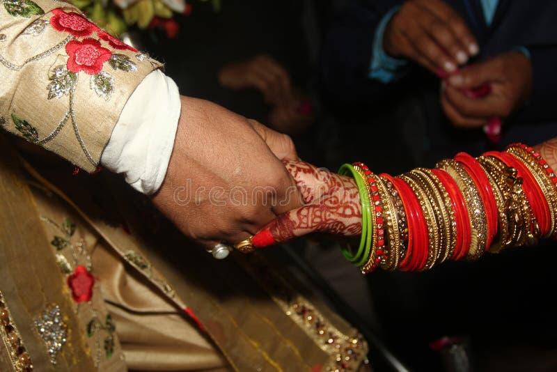 Handskaka av gifta paret royaltyfria foton