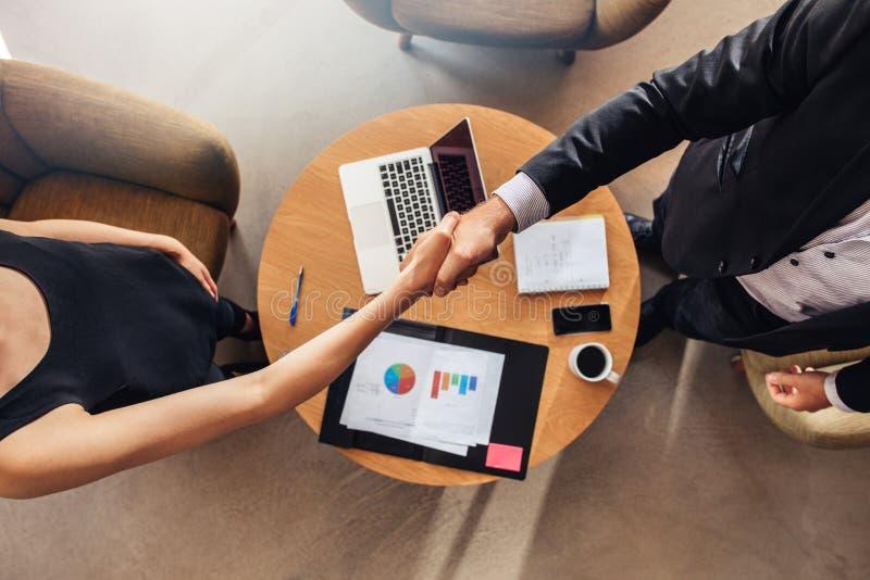 Handskaka på försäljningar för överenskommelse för affärsmöte arkivbild